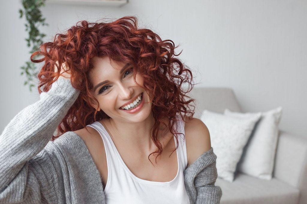 kıvırcık kızıl saçlı kadın