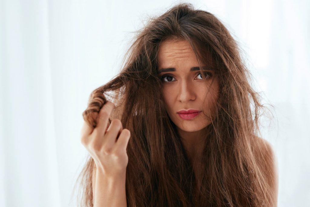 yıpranmış saçlı kadın